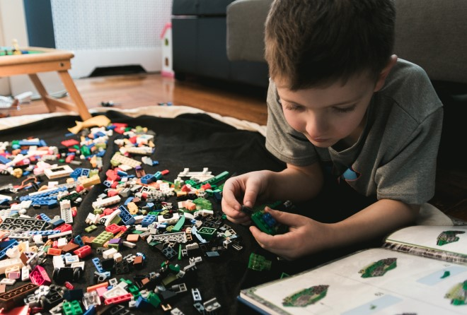 Chơi lego giúp trẻ phát triển tư duy cà sự sáng tạo