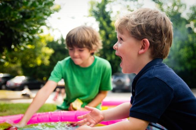 Trẻ tự tin và tương tác tốt với mọi người xung quanh