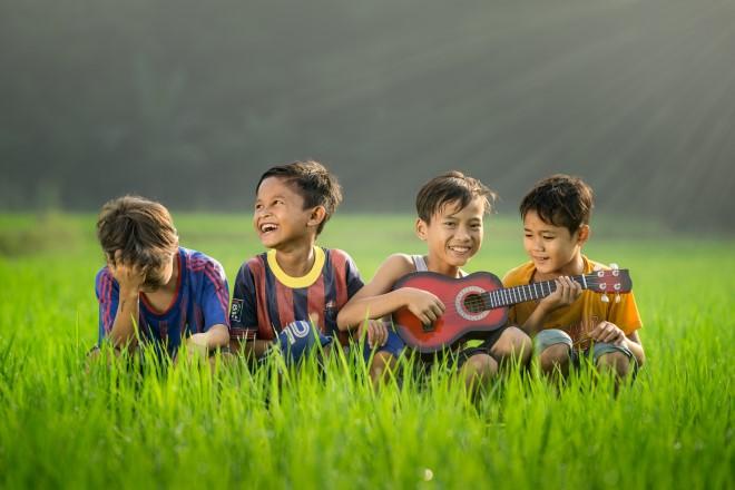 Trẻ chơi đàn và hát cùng bạn bè