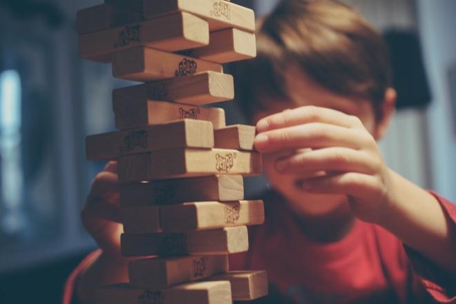 Bé chơi trò chơi rút gỗ