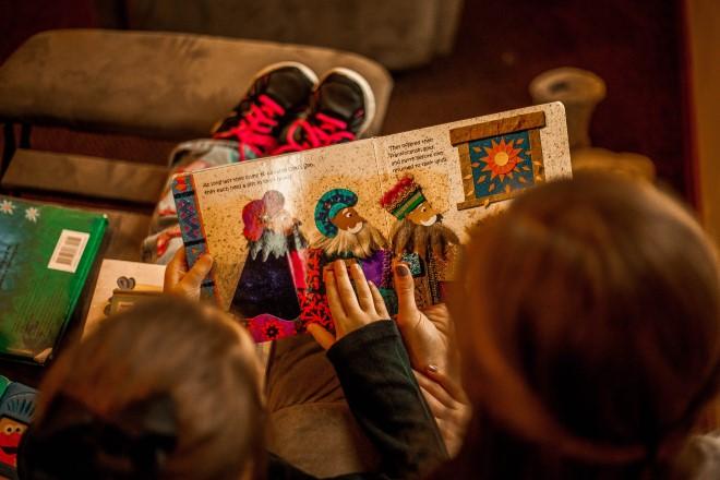 Mẹ đọc truyện tranh cùng bé sẽ giúp bé hiểu nhanh hơn và bớt nhàm chán