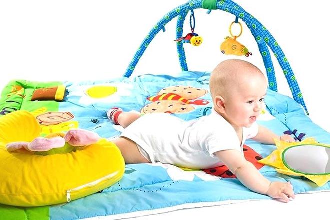 Trẻ chơi với nhiều đồ chơi màu sắc