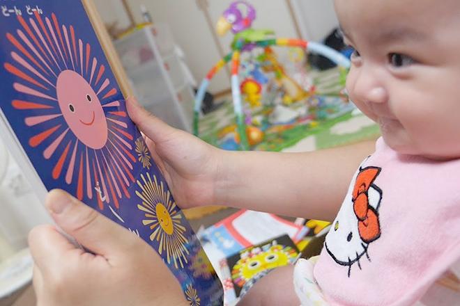 Mẹ đọc sách cho bé