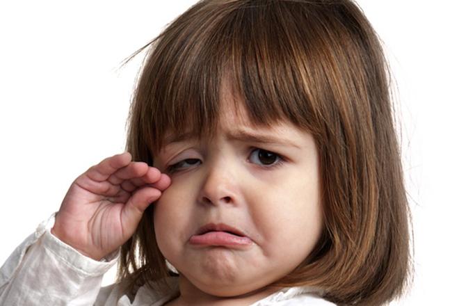 Trẻ khóc vì khó chịu