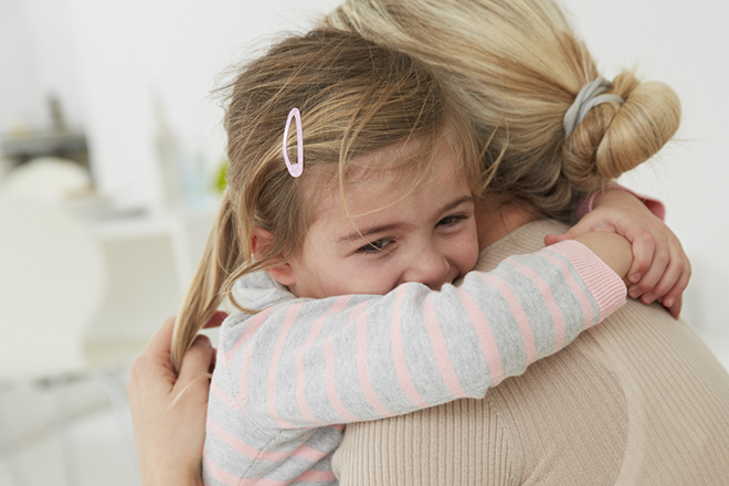 Con ôm mẹ