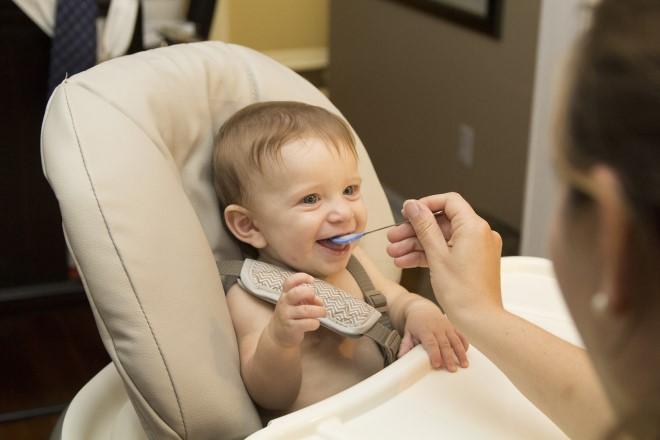 Giai đoạn đầu, trẻ đã có phản xạ và hứng thú với đồ ăn