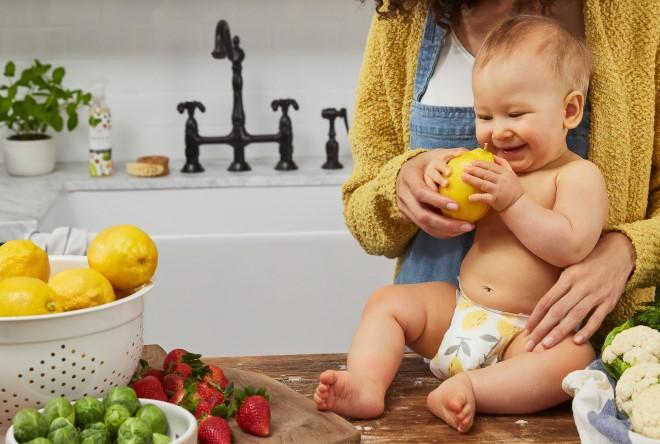 Mẹ tập cho bé cầm nắm đồ ăn theo phương pháp ăn dặm kiểu Nhật