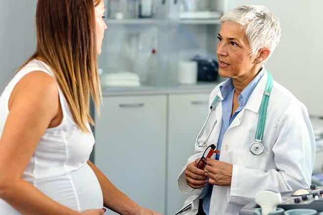Bác sỹ nói chuyện với mẹ bầu