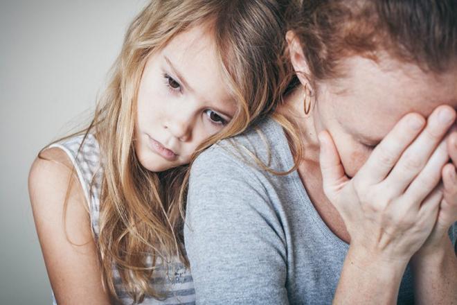 Con an ủi mẹ buồn