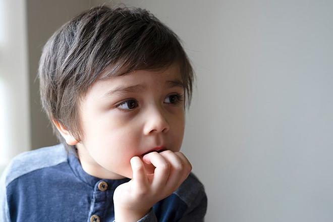 Trẻ đang suy tư