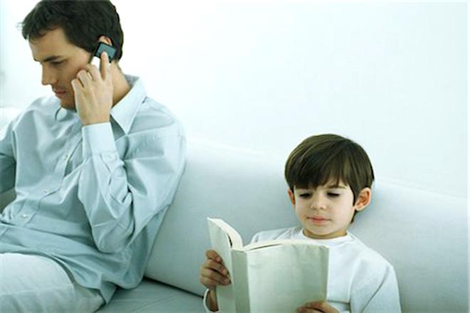 Bố nói chuyện điện thoại