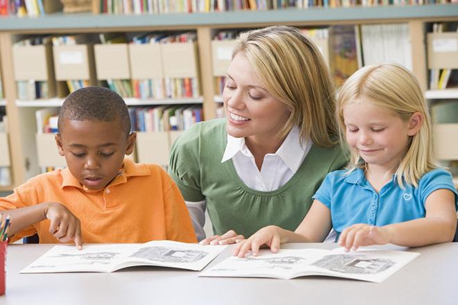 Cô dạy trẻ tập đọc