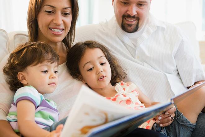 Bố mẹ cùng con đọc sách