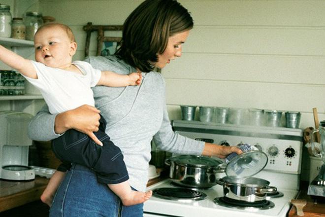 Mẹ nấu cháo cho bé ăn dặm