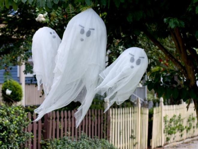 Thứ không thể thiếu trong dịp Halloween đương nhiên là những bóng ma vất vưởng rồi