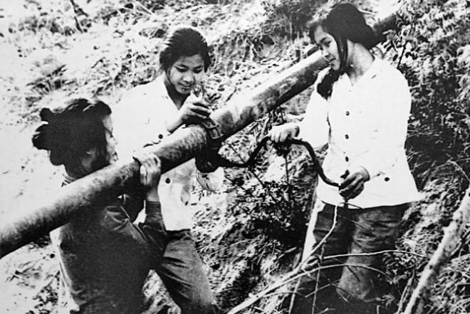 Nữ thanh niên xung phong Trường Sơn lắp đặt đường ống xăng dầu