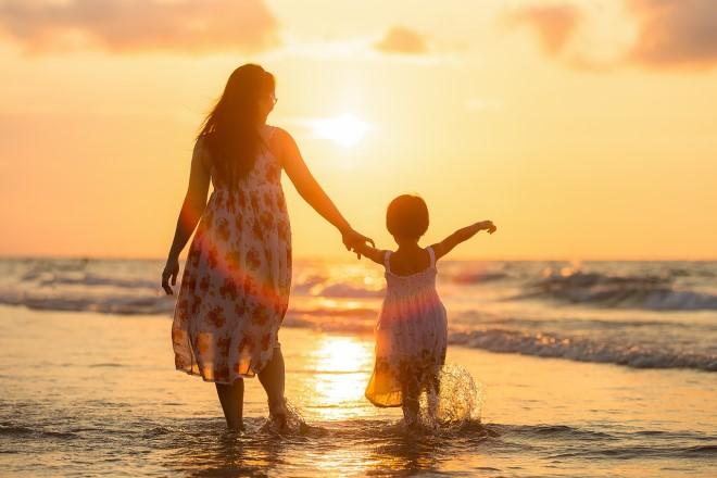 Phụ nữ hiện đại ban ngày đi làm, lúc về nhà là vợ đảm mẹ hiền