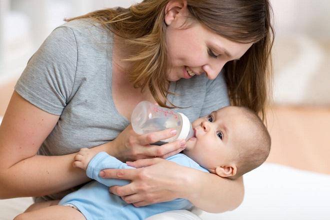 Cách chữa táo bón cho trẻ sơ sinh bằng bổ sung nước