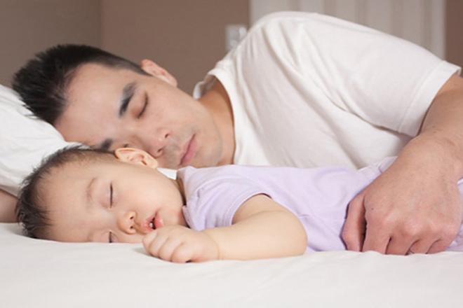 Bé ngủ với bố