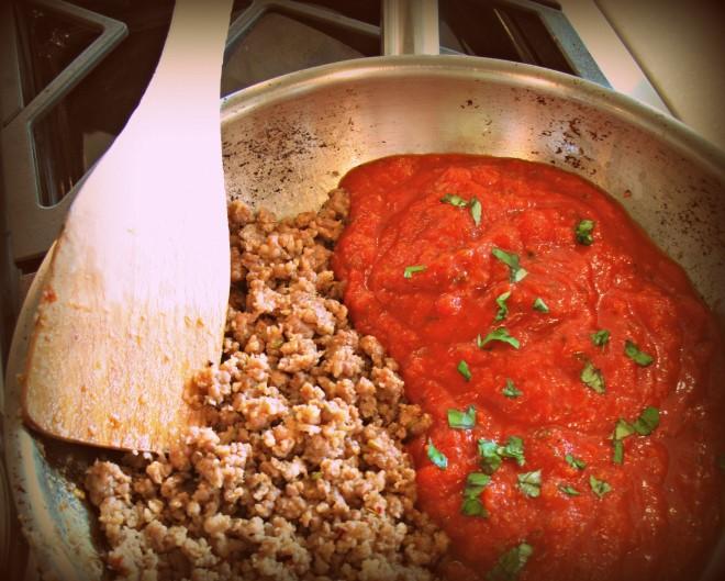 Nước sốt chình là linh hồn của món mỳ Ý, hãy nêm nếm theo khẩu vị yêu thích của bạn nhé