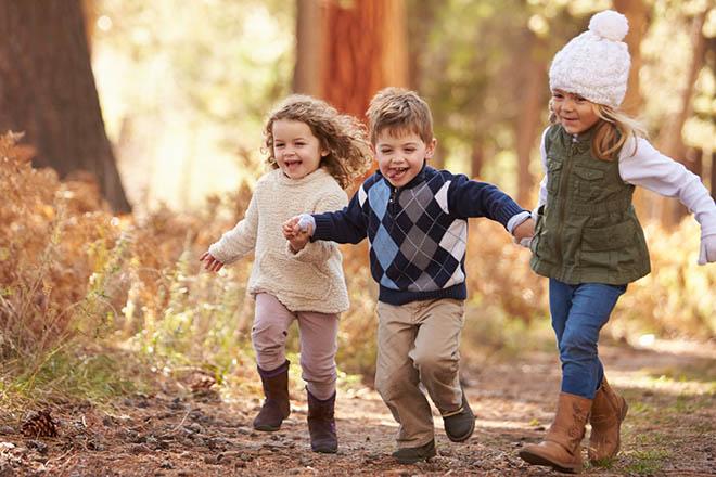 Trẻ ra ngoài chơi