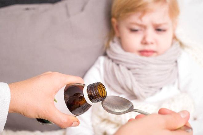 Cho trẻ uống siro ho