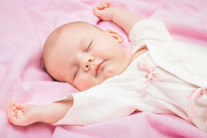 Trẻ sơ sinh rướn mình khi ngủ