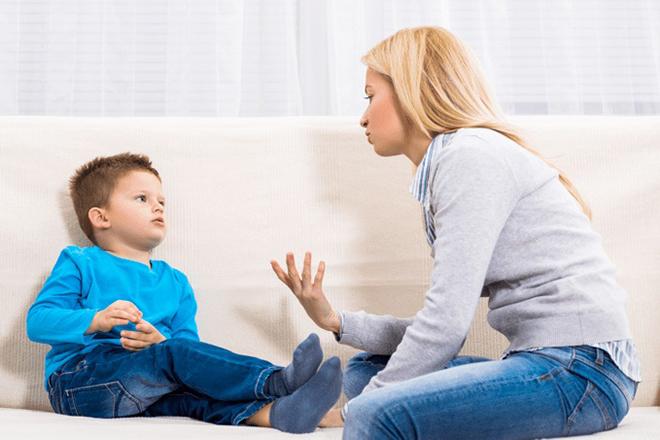Mẹ nói chuyện với trẻ
