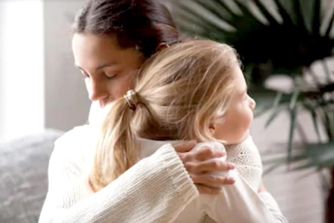 Mẹ ôm con gái