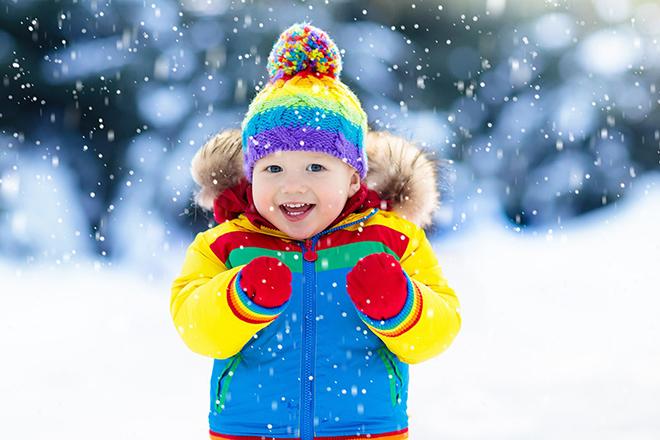 Trẻ vui chơi khi tuyết rơi