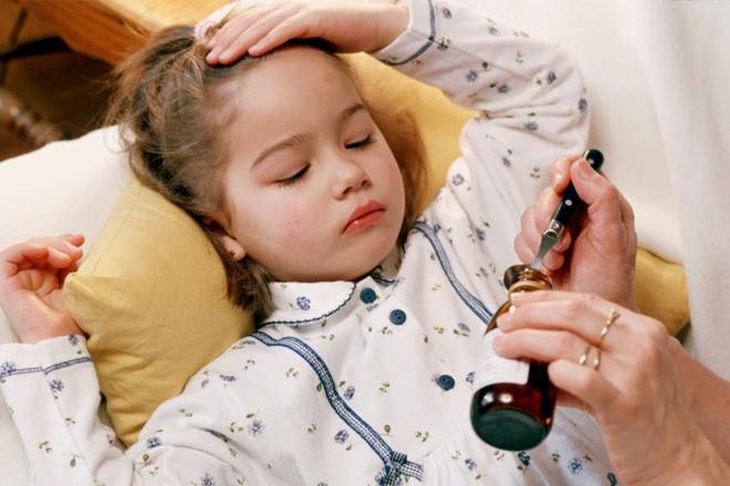 Cho trẻ uống thuốc hạ sốt