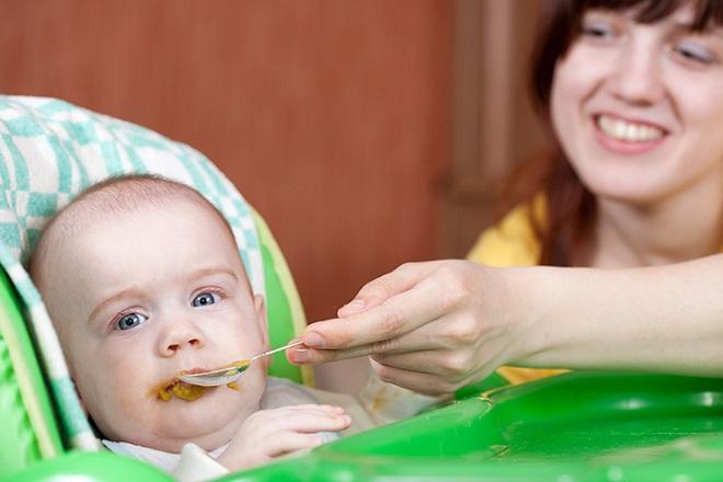6 tháng tuổi bé bắt đầu ăn dặm