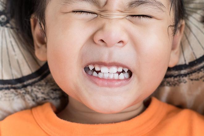 Trẻ nghiến răng
