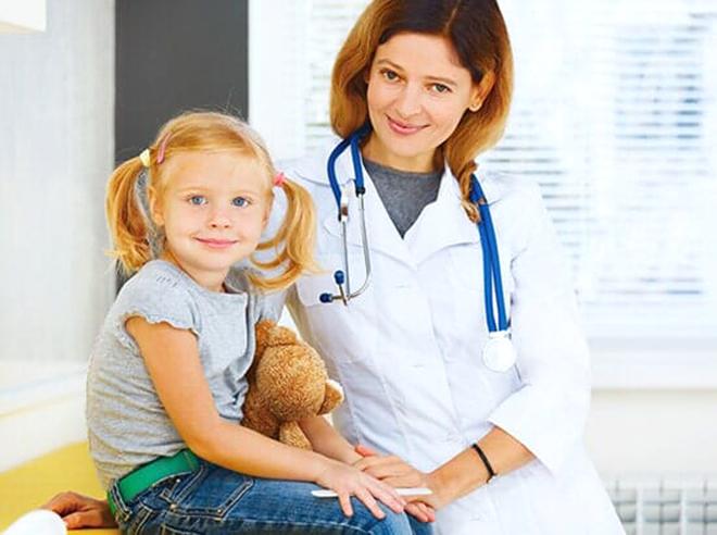 Mang trẻ đi bác sỹ