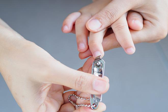 Cắt móng tay cho trẻ