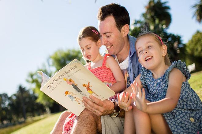 Bố đọc truyện cùng trẻ