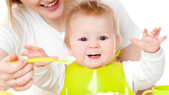 cho trẻ ăn sữa chua
