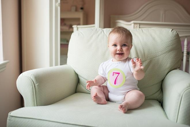 sự phát triển của bé 7 tháng tuổi
