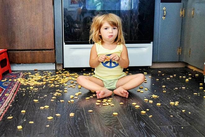 Trẻ vừa ăn vừa nghịch bánh