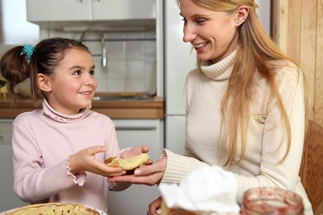 Trẻ lấy bánh cho mẹ