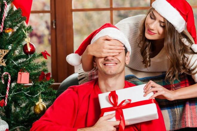 Bạn gái tặng quà Noel