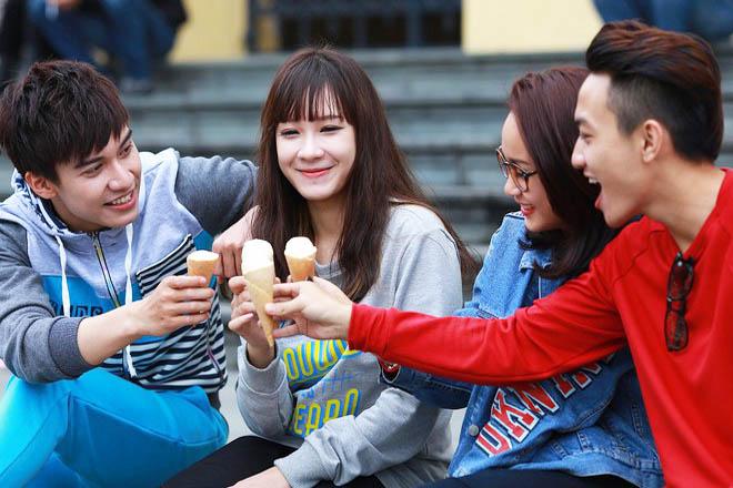 Ăn kem cùng bạn bè