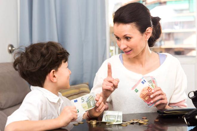 Cho trẻ tiền tiêu vặt