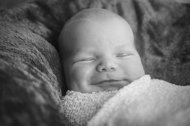 Bé mỉm cười khi ngủ