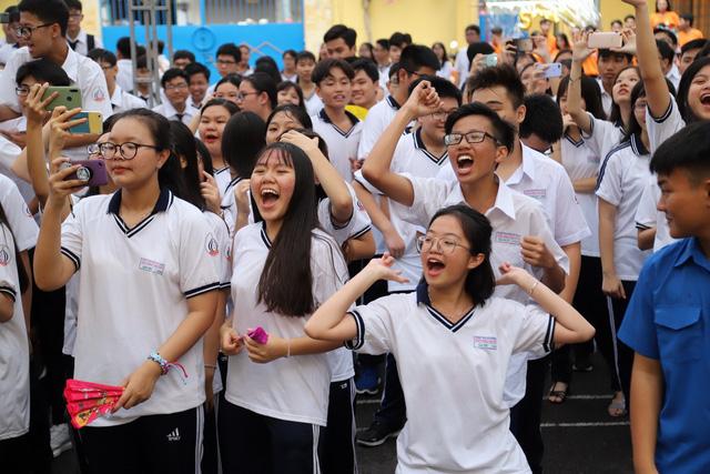 học sinh vỗ tay