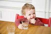 Tuyệt chiêu giúp trẻ nhỏ tự uống nước bằng ly