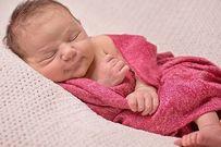 Hướng dẫn mẹ quấn khăn đúng cách cho trẻ sơ sinh