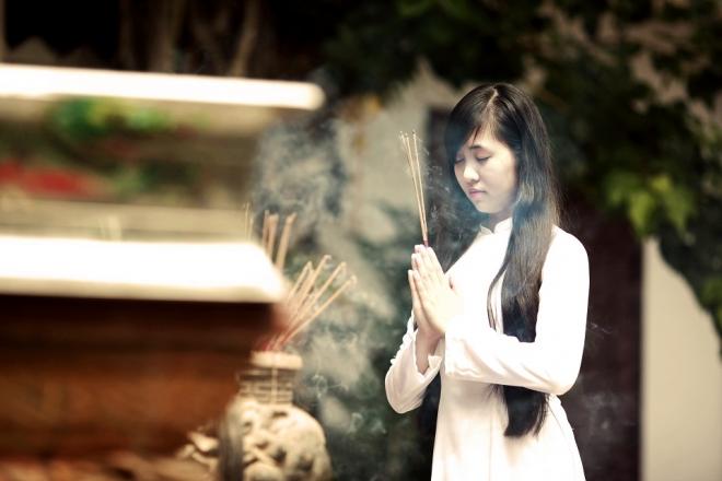 cô gái lễ chùa