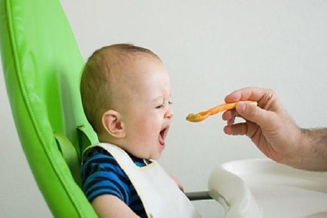 Bố đút cho bé ăn
