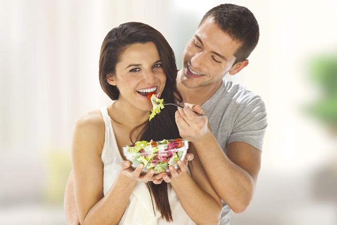 Cặp đôi ăn salad